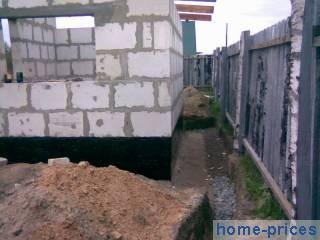 Пенобетонная стена с кирпичной облицовкой и промежуточным утеплителем. кладка из пенобетона